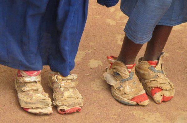 Câu chuyện cậu bé nghèo đi xin giày nhưng ông chủ bắt phải làm thêm: Đằng sau việc CHO vật chất là sự thấu hiểu giá trị của NHẬN