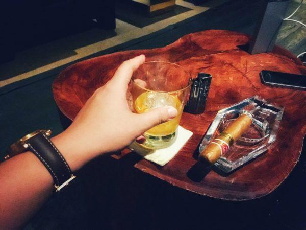 Rượu, xì gà, và những người đàn ông ngồi uống một mình